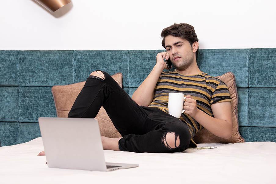 Hombre telefono control pareja_Que es el stalkerware